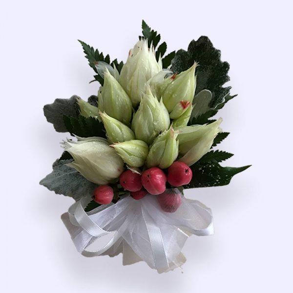 白色新娘花配红豆手腕花