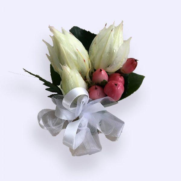 白色新娘花配红豆胸花
