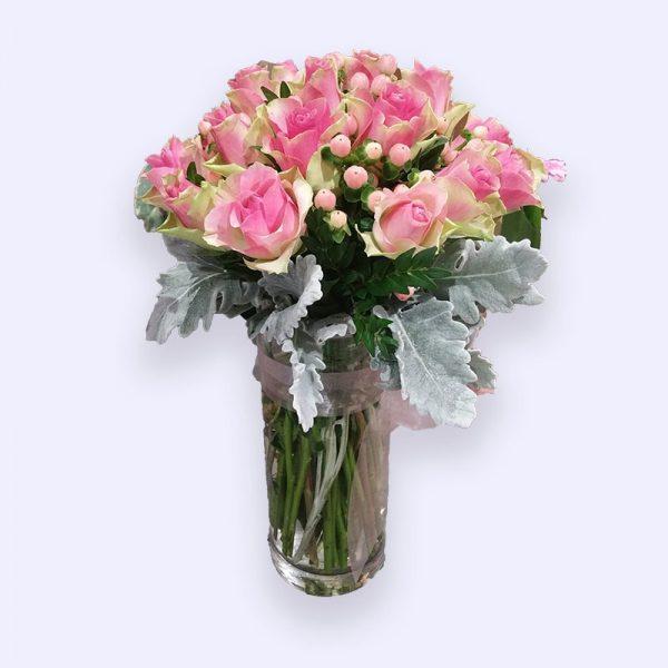 超过25枝玫瑰配红豆的婚礼手捧花