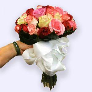 超过35枝混色玫瑰的婚礼手捧花