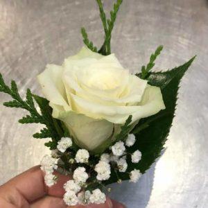 1朵白色玫瑰配叶子胸花