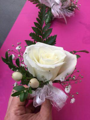 1朵白色玫瑰配红豆胸花
