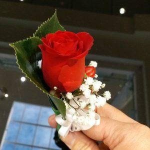 1朵红色玫瑰配红豆胸花