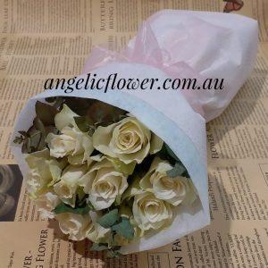 10枝白色玫瑰配叶子