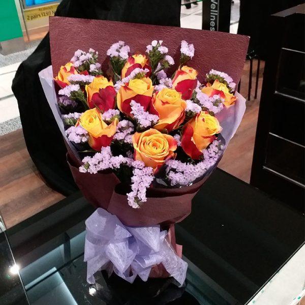 10枝红橙色玫瑰配浅紫色勿忘我
