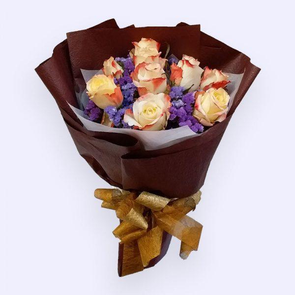 10枝红橙色玫瑰配深紫色勿忘我