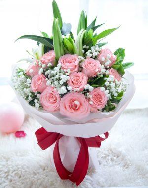 11枝粉红色玫瑰配1枝粉红色百合/为爱相随