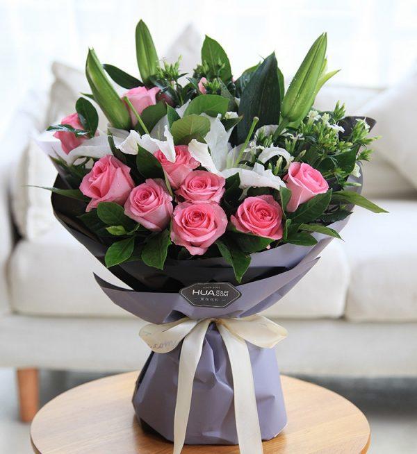 11枝粉色玫瑰2枝白百合5枝白色相思梅配叶子/柔情蜜意