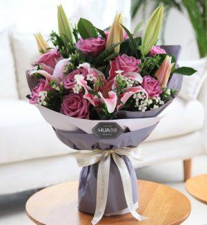 11枝紫色玫瑰2枝粉色百合5枝白色相思梅配叶子/浪漫香气