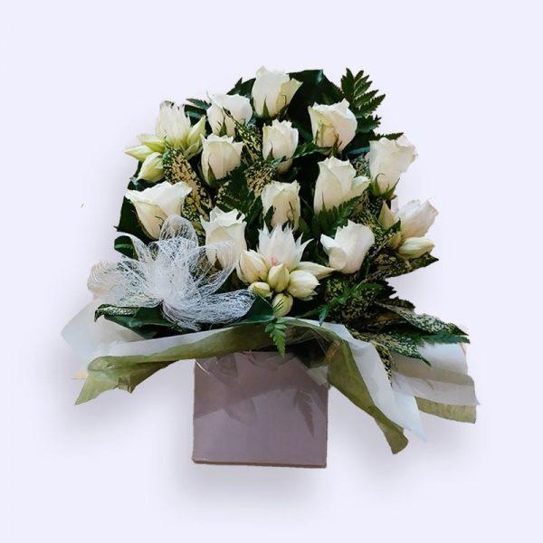 11枝鲜花(白色玫瑰及配花)