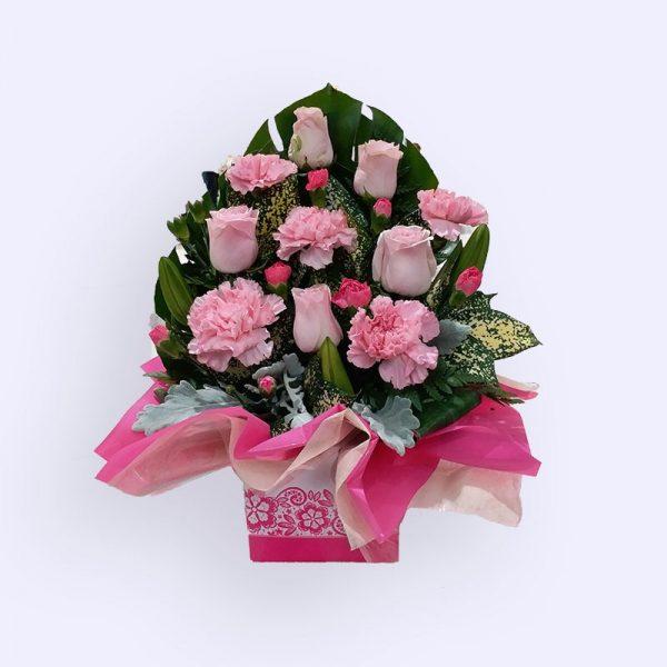 11枝鲜花(粉红色玫瑰、单头康乃馨和配花)