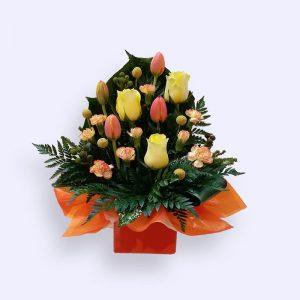 11枝鲜花(黄色玫瑰加橙色郁金香及配花)