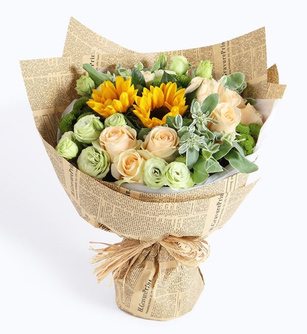11 Stems Champagne Rose & 2 Stems Sunflower & 5 Stems Green Lisiantus & 3 Stems Green Chrysanthemum with Heiwingia