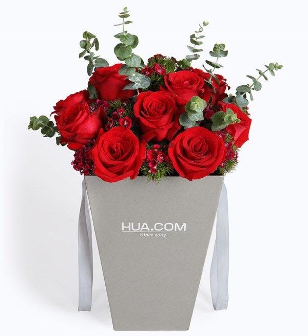 12枝红玫瑰7枝石竹梅配叶子/浪漫巴黎