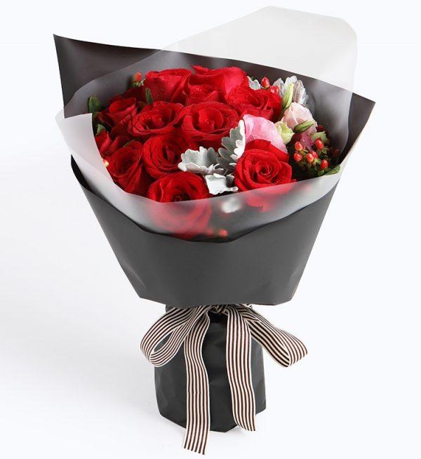 16枝红玫瑰5枝红豆1枝粉色洋桔梗2枝银叶/缪斯女神