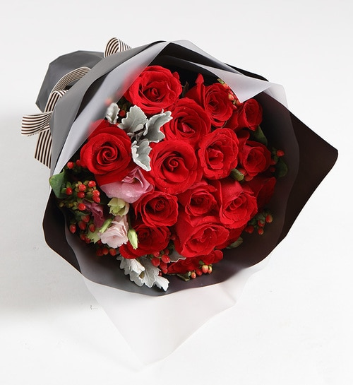 16 Stems Red Rose & 5 Stems Berry & 1 Stem Pink Lisianthus & 2 Stems Silver Leaf
