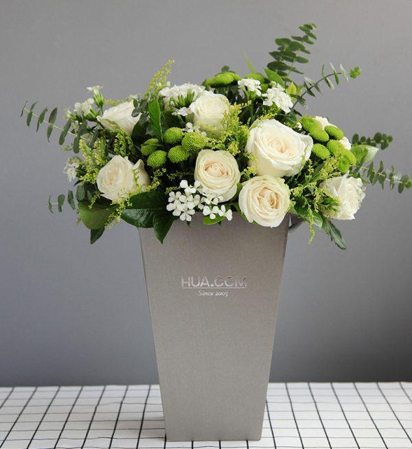 19枝白色玫瑰7枝绿色小雏菊配叶子等/在水一方