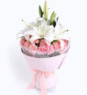 19枝粉色康乃馨2枝白色香水百合配黄莺叶子等/爱的祝福