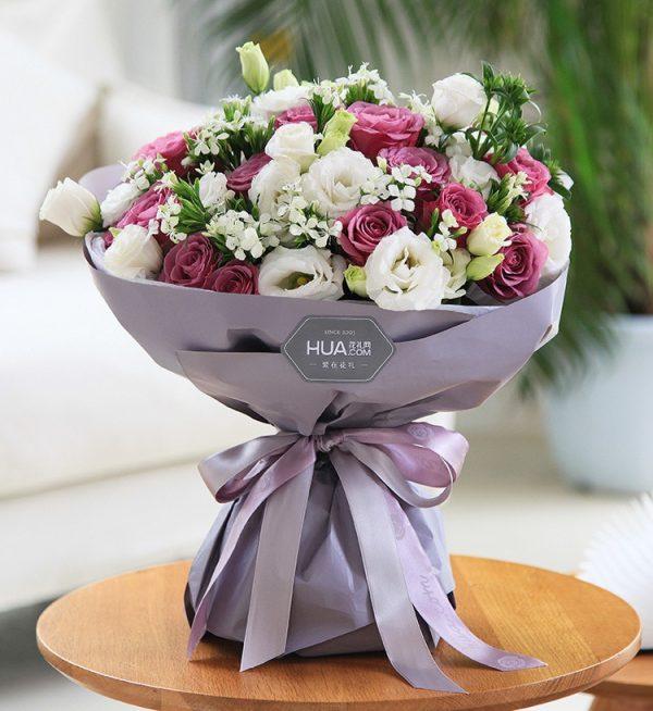 19枝紫色玫瑰7枝白色洋桔梗5枝白色配花/紫色的梦