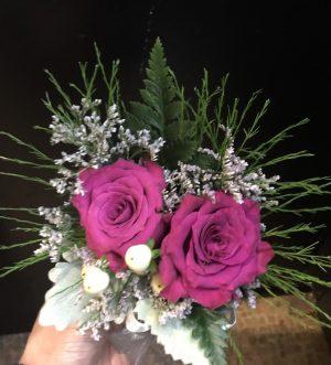 2朵深红色玫瑰配叶子手腕花