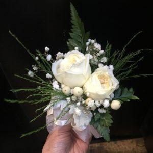 2朵白色玫瑰配红豆手腕花
