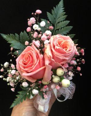 2朵粉红色玫瑰配红豆手腕花