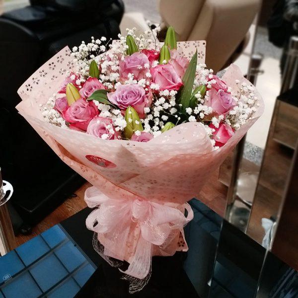20枝粉红色玫瑰配香水百合、满天星和叶子