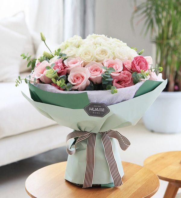 22枝白色玫瑰14枝粉红玫瑰5枝粉红洋桔梗/甜蜜公主