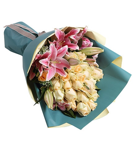 29 Stems Champagne Rose & 3 Stems Pink Oriental Lily with Heiwingia