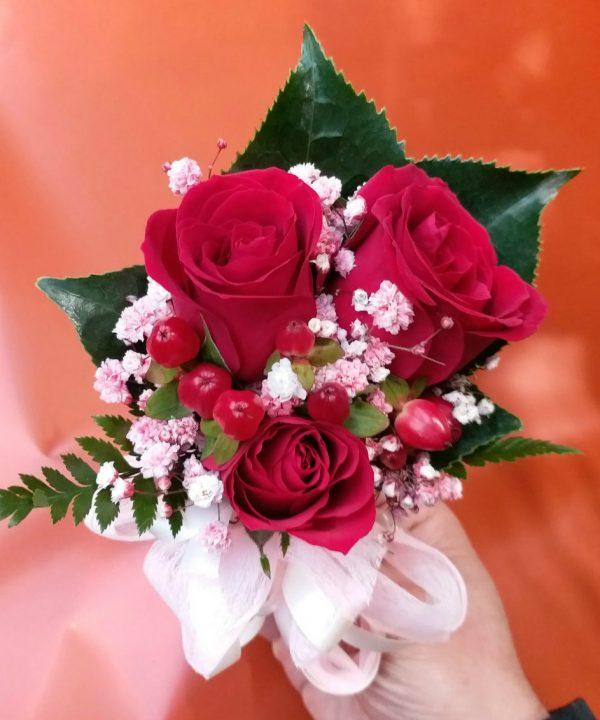 3朵红色玫瑰配红豆手腕花