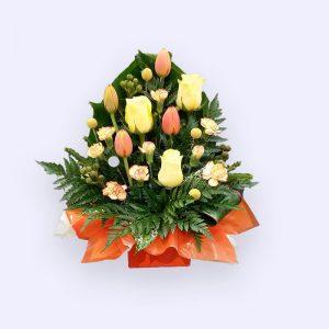 3枝黄色玫瑰和4枝橙色郁金香及配花