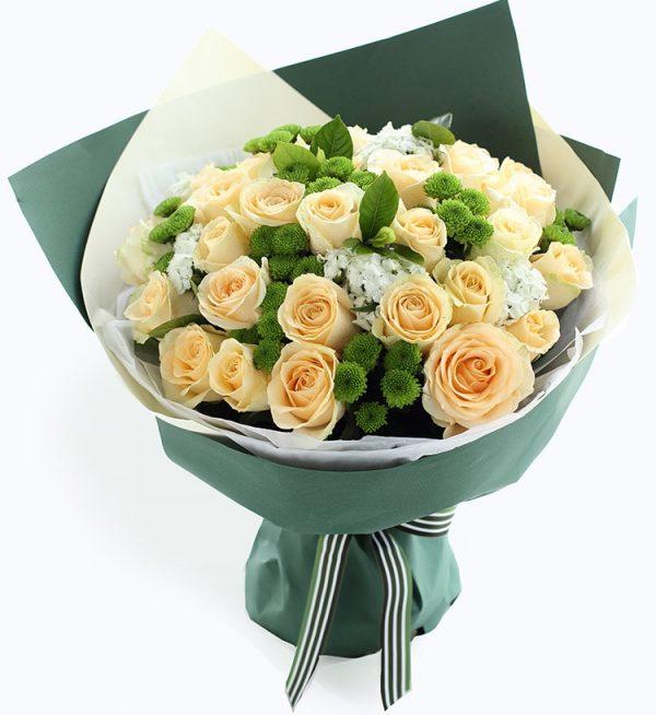 33枝香槟玫瑰加8枝绿色小雏菊配白色配花叶子/夏日恋曲