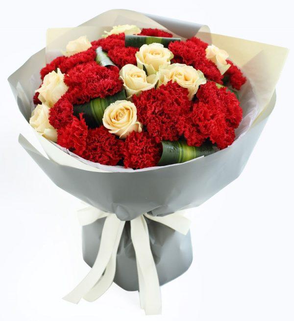 33红色康乃馨9枝香槟玫瑰配巴西叶/和煦的爱