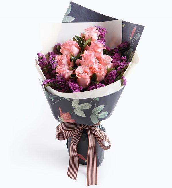 9枝粉红色玫瑰配紫色勿忘我及叶子/粉恋