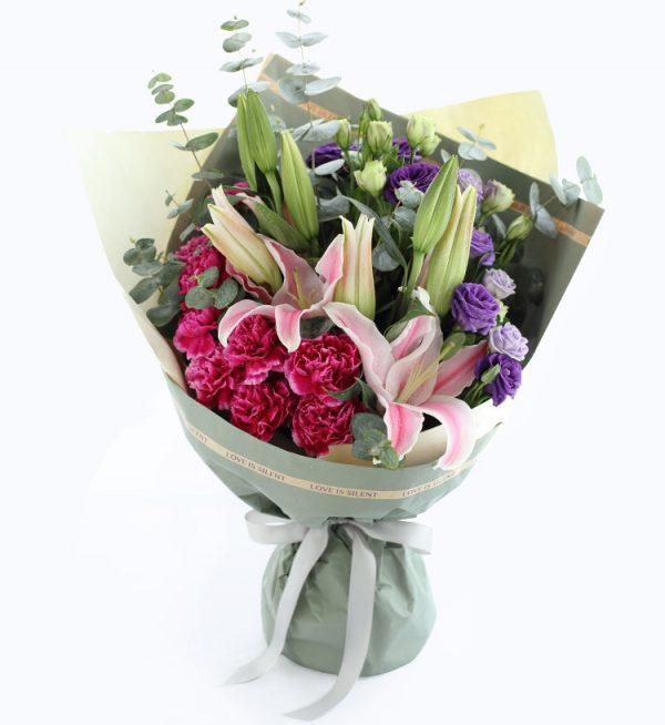 9枝紫色康乃馨、2枝粉红色香水百合和4枝紫色洋桔梗/温情祝福